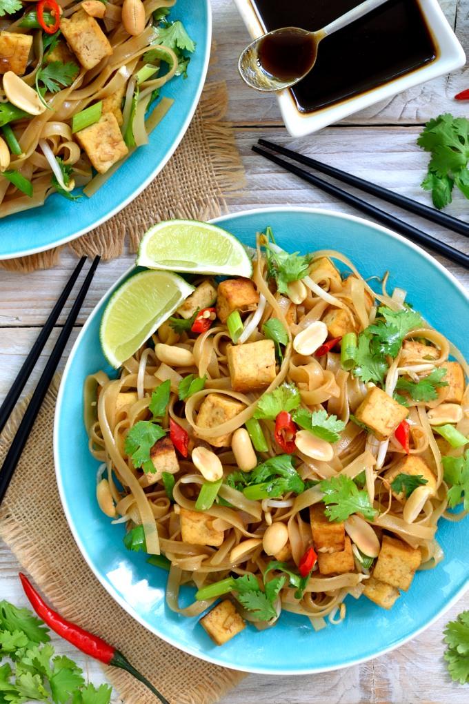Pad thai vegano con tofu es un plato dulce, salado, ácido y fresco a la vez. Haz tu propio salsa pad thai para asegurate de que esté totalmente vegana.
