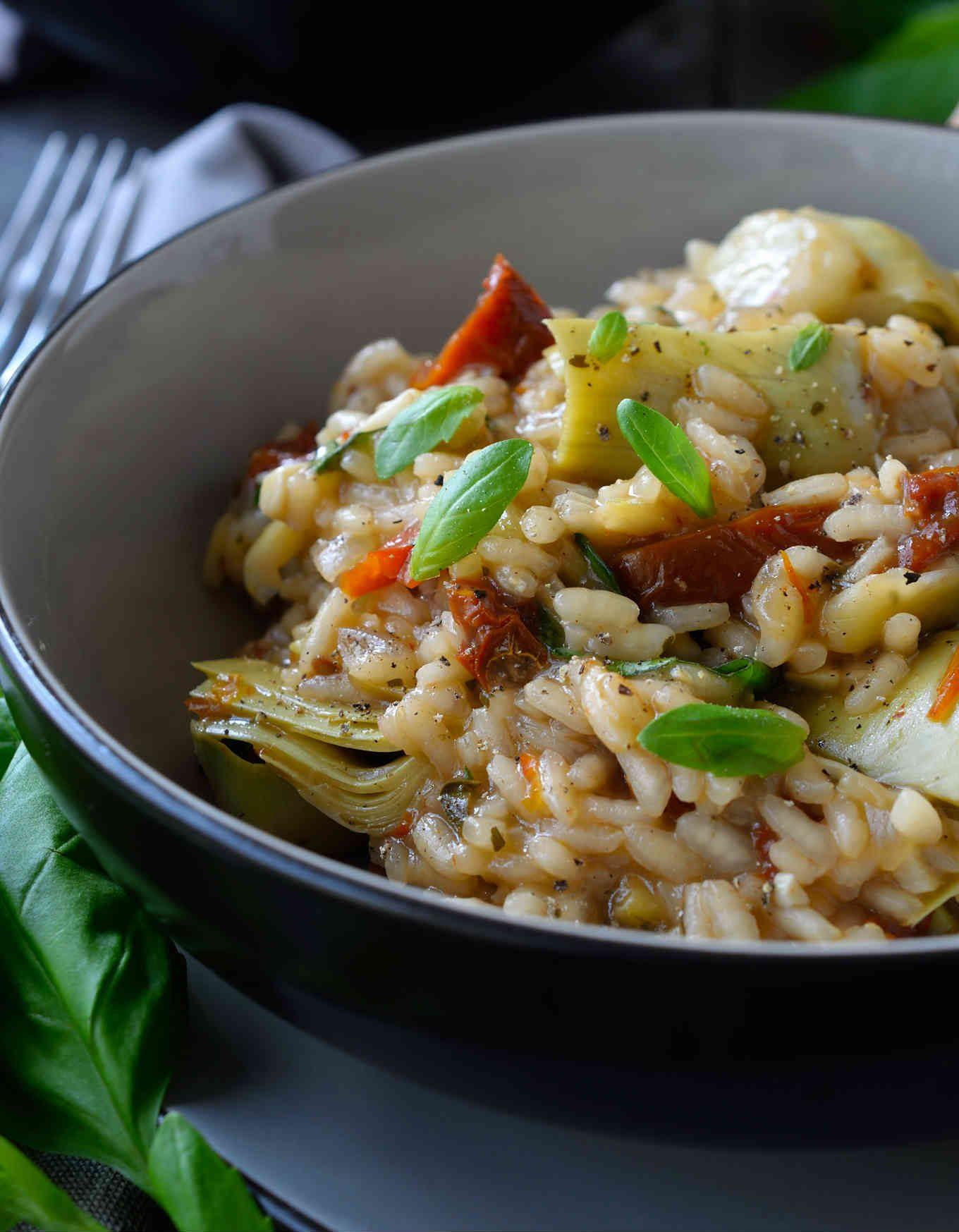 Risotto de alcachofas y tomates secos es una receta vegana de risotto fácil y deliciosa. Lleno de los sabores del Mediterráneo, este risotto es perfecto para vegetarianos y no-vegetarianos también.