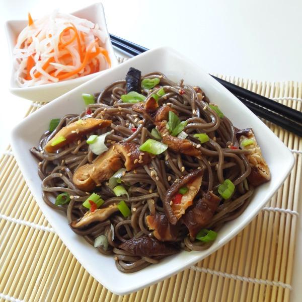 Fideos de soba con setas shiitake: una ensalada vegana fria y sencilla a preparar con una salsa delicada. Un plato perfecto para un dia caloroso.