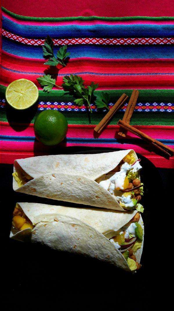 Tacos vegetarianos de garbanzos con sabrosas especias jamaicanas y ensalada de aguacate y mango. Servido con dos variedades de salsa. Una receta fácil para una cena deliciosa y fresca.