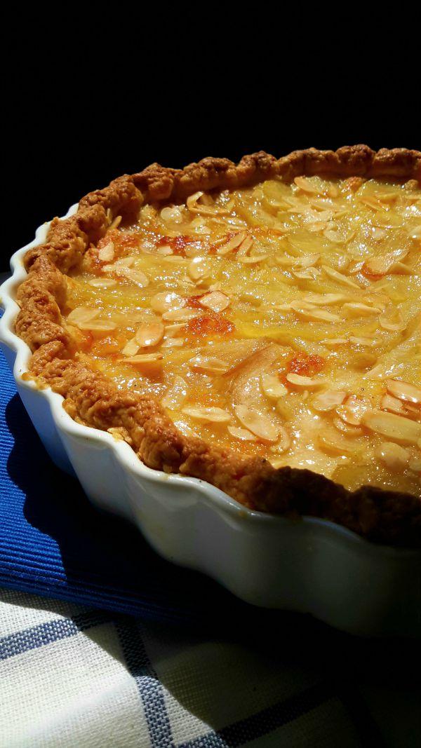 Una tarta deliciosa con sabores delicados de pera y almendra. Una receta tradicional de Francia.