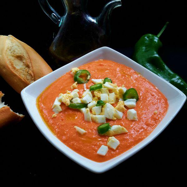 El salmorejo es una sopa fría de Andalucía. Aunque es parecido al gazpacho, el salmorejo es más sencillo y mucho más rico! Prueba esta receta apta para vegetarianos.