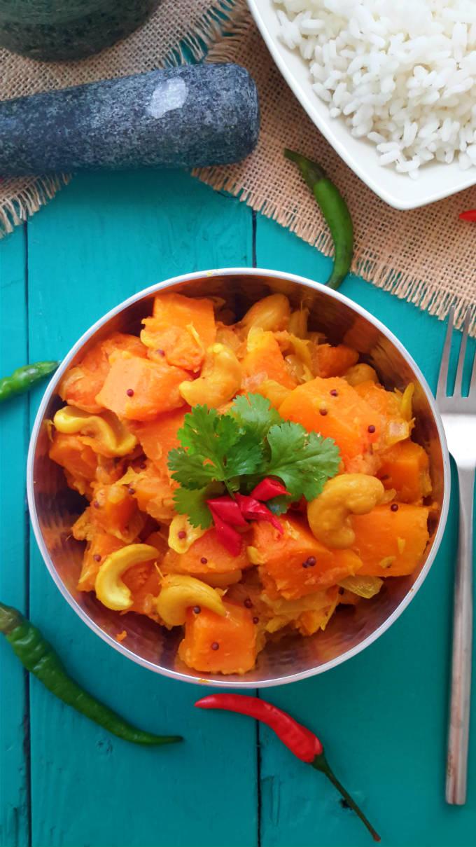 Un curry de calabaza muy fácil a preparar y una manera genial de usar las verduras de temporada. Anacardos enteros y harina de garbanzo tostado le da un sabor único a nuez. Perfecto para un acompañamiento o seguno vegetarian o vegano.