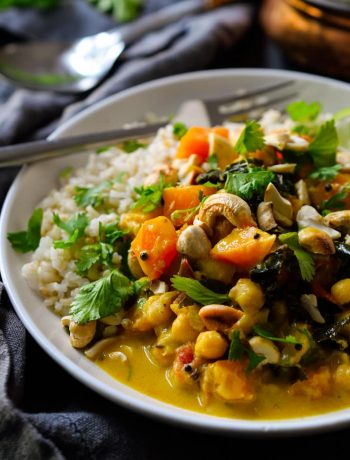 This vegan pumpkin curry with chickpeas and kale is delicious and creamy with a spiced coconut milk base. Filling and comforting, this pumpkin curry is easy to prepare and delicious all year round!