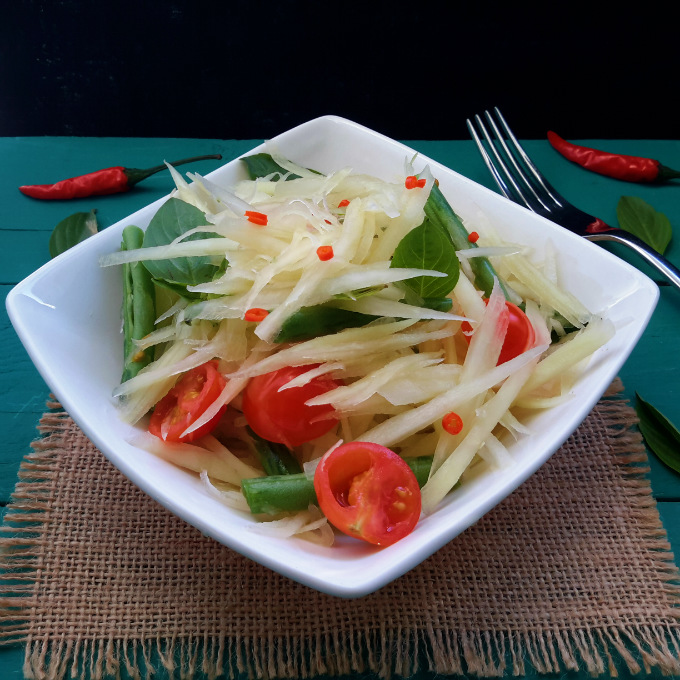 What do you do with a green papaya? Make this refreshing Thai-style salad with green beans, tomatoes, basil and a delicious vinagrette.