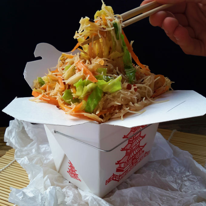Vermicelli de arroz con verduras salteadas es un plato rápido y fácil. Es el plato perfecto para cenar si eres vegetariano o vegano. Es delicioso y listo en sólo 15 minutos.