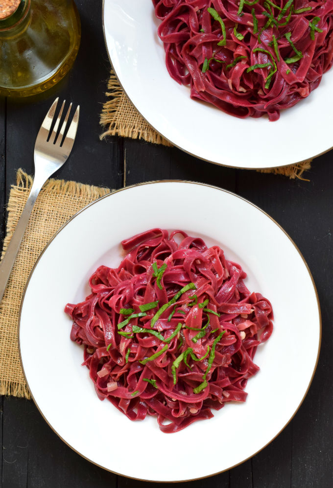 Fresh beet pasta is beautiful and delicious. This recipe is egg-free and therefore suitable for vegetarians and vegans.