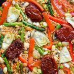 Esta paella vegana con verduras de primavera es riquísima y sobrosa. Hecha con un buen sofrito y verduras frescas, es un plato delicioso para un almerzo o cena vegetariana.