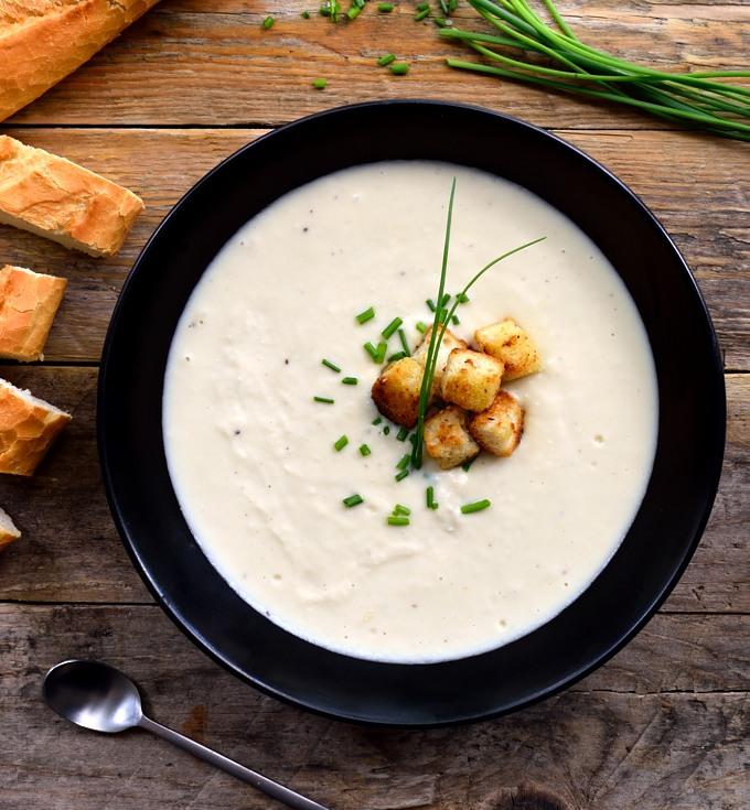 Vichyssoise vegana es una versión sin lácteos de esta sopa fría famosa. Es muy fácil hacer y tan cremosa y deliciosa como el original. original. Un buen plato principal o entrante vegetariano o vegano.