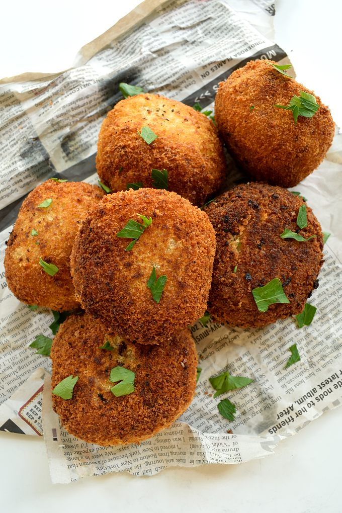 Potato bombas are tasty little stuffed mashed potato balls that you can find in Spanish tapas bars. I've stuffed mine with mushrooms and red pepper to make a great vegan and vegetarian appetizer. Served with an aquafaba-based cocktail sauce for dipping.