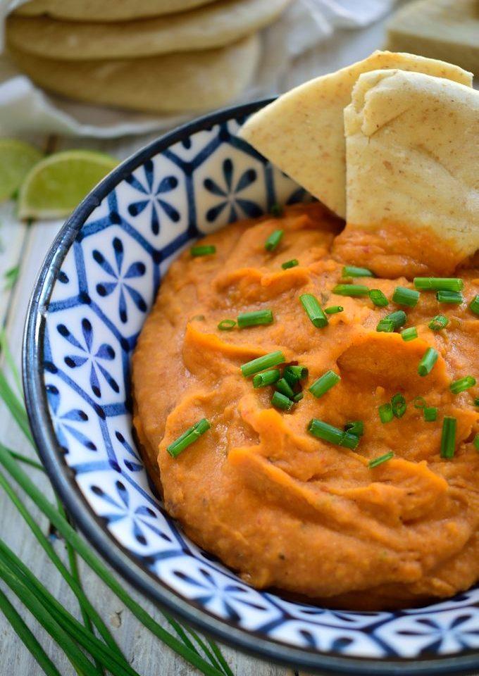 Este dip de chipotle y judías blancas esta listo en sólo 5 minutos y lleno de sabor. Es apto para veganos y vegetarianos y se puede añadir a bocadillos, burritos, wraps, quesadillas o para untar galletas y pan pita.