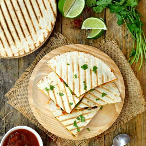 Las quesadillas veganas son rápidas, sabrosas y fáciles de preparar. Las puedes tomar en cualquier momento – para almorzar, cenar, merendar o como entrante – y son muy adaptables a cualquier tipo de verdura que te guste o que tengas por casualidad en la nevera.