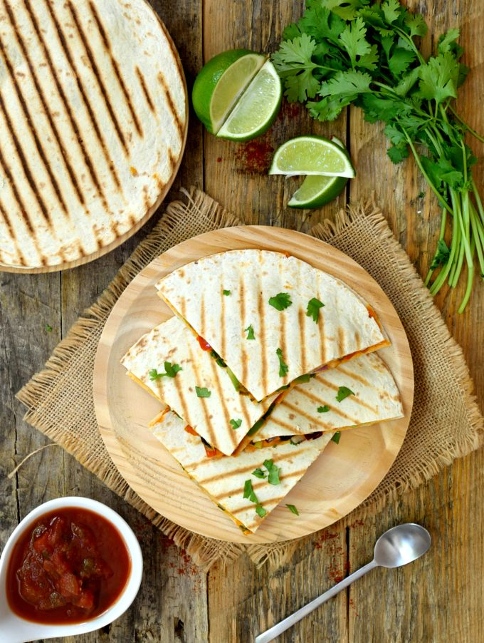 Vegan quesadillas with chipotle and white beans are a quick and easy dish to prepare. Instead of cheese they´re held together with a mildly spicy chipotle-lime white bean spread. Packed with veggies and served with salsa, these vegan quesadillas are great for lunch, dinner or a snack anytime!