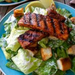 Ensalada césar vegana es un delicioso y sustancioso almuerzo o cena. La salsa césar vegana esta hecho con aquafaba y es muy fácil hacer.