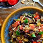 La caponata es una deliciosa antipasta de berenjenas de Sicilia que se puede realizar de diversas maneras. Es un plato genial para los meses de verano cuando las berenjenas, tomates y pimientos están en su punto más fresco. La caponata es perfecta para servir de entrante, acompañamiento o principal vegano o vegetariano.