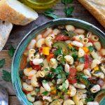 Esta receta para pasta e fagioli vegetariana es una sopa italiana sencilla y rústica que es extremadamente fácil de hacer y puede estar lista en tan sólo treinta minutos. Lo que es maravilloso de esta pasta e fagioli es que es como dos recetas en una – añadir un poco más de caldo para una sopa o un poco menos para un plato de pasta!