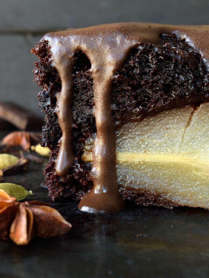 Tarta vegana de chocolate con peras al vino es mucho más fácil de lo que aparece. Peras escalfadas en vino tinto y especias en el medio de una tarta vegana de chocolate y servida con una crema de chocolate. Un postre vegano impressionante!