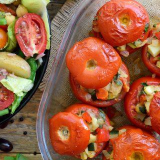 Esta receta para tomates rellenos vegetarianos requiere pocos ingredientes y es tan deliciosa, sobre todo en verano, cuando los tomates, pimientos y calabacín están en su punto. Estos tomates rellenos son espectaculares para un acompañamiento, entrante o plato principal vegetariano o vegano, y conforman un plato sustancioso y delicioso servido junto a una ensalada niçoise vegetariana.