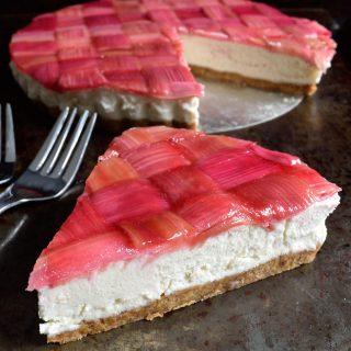 Este cheesecake vegano de ruibarbo es hermoso, delicioso y sorprendentemente fácil de hacer con pocos ingredientes.