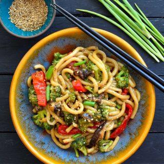 Esta receta para fideos udon con verduras al wok es rápida y fácil, lista en tan sólo 15 minutos y perfecta para una cena de entresemana.