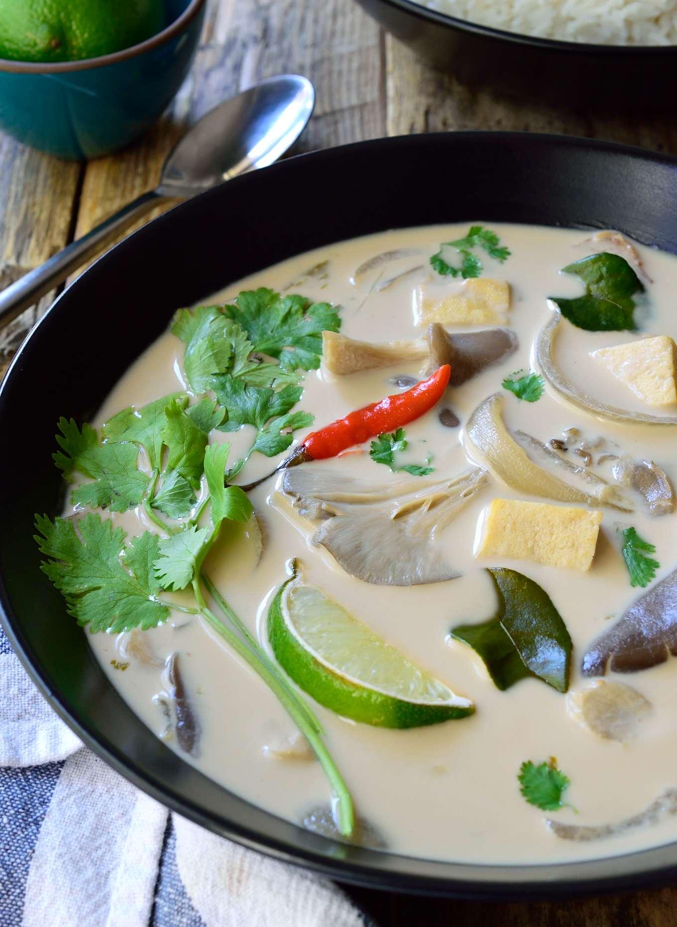 Esta sopa thai de coco es ligera y sabrosa, y es una versión totalmente vegana de Tom Kha Gai – una de las sopas más famosas de Tailandia. Esta sopa tiene el equilibrio perfecto entre ácido, salado, dulce y picante por el que la comida thai es conocida. Y lo mejor de todo? Esta sopa es muy sencilla y está lista en tan sólo 15 minutos!