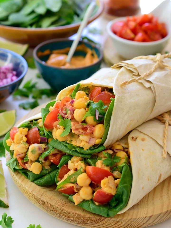 Los tacos veganos con garbanzos es una receta rápida, fácil y sabrosa para almuerzo o cena. Garbanzos llenos de proteínas, tomates cherry jugosos y cilantro fresco se juntan encima de una cama de crujientes brotes de espinaca para hacer un relleno para tacos delicioso y saludable. No hay porque desperdiciar nada– utiliza el agua de garbanzos para hacer una mayonesa vegana de aquafaba especiada con pimentón, comino y lima. ¡Tendrás estos tacos veganos listos en tan sólo 15 minutos!