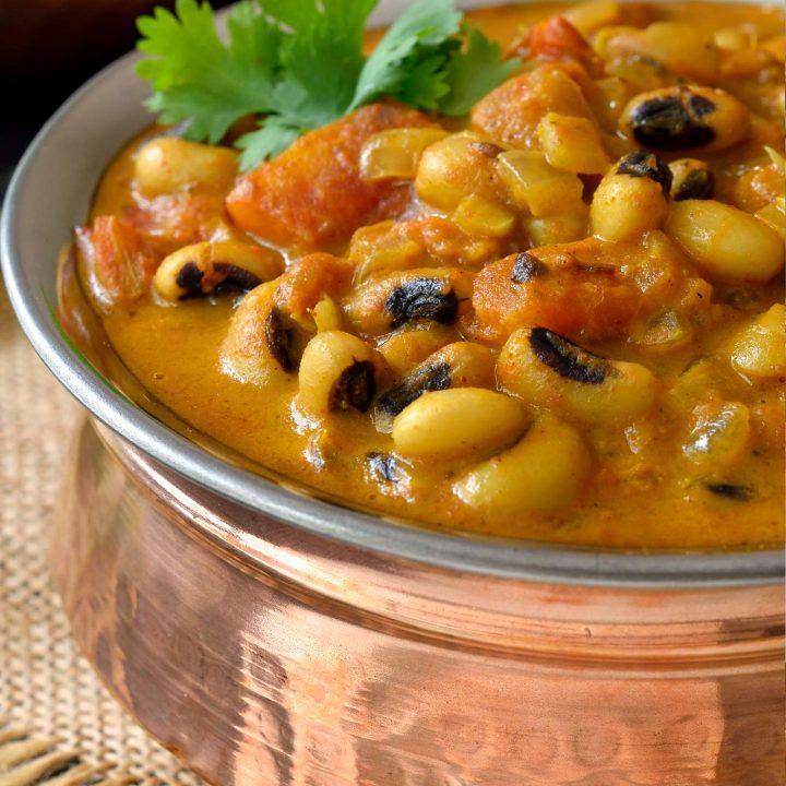 Esta receta de curry vegetariano de carillas y coco es un plato fácil de preparar y es perfecto para la gente que quiere un curry suave y cremoso sin el chili picante que se suele encontrar en un curry hindú. Las carillas son un tipo de alubia que se cocina rápidamente, por lo que puedes tener este plato listo en menos de una hora, si utilizas carillas secas, o en más o menos 20 minutos si utilizas carillas de bote.