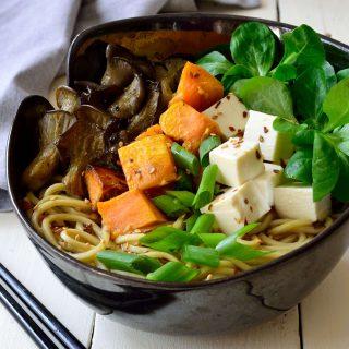 Esta sopa ramen receta está repleta de sabores otoñales: boniato, setas frescas y hortalizas de hoja verde. La sopa ramen es justo lo que necesitas para calentarte cuando las tardes de octubre se ponen un poco más frías.