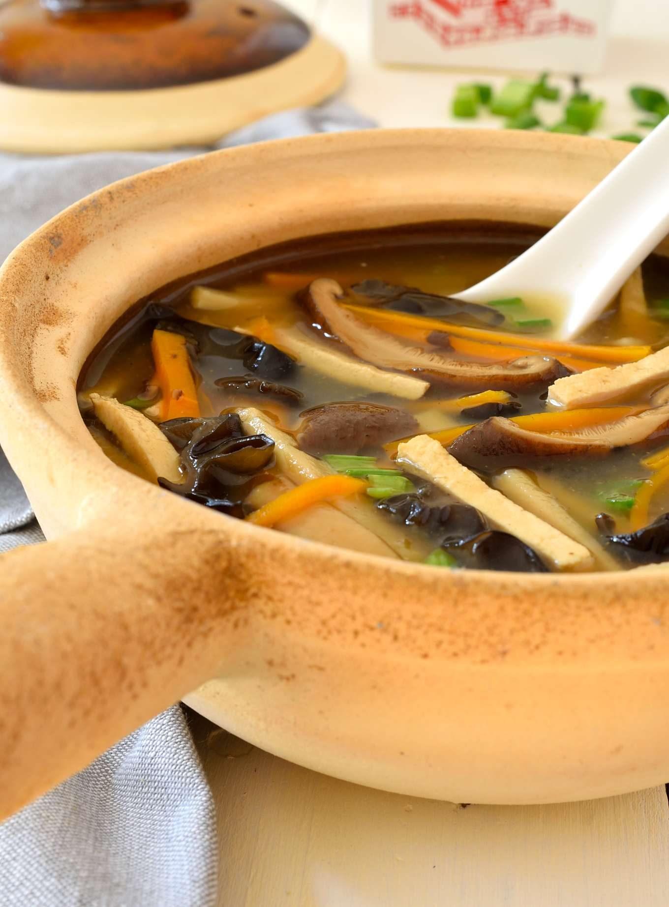 Esta receta para sopa agripicante vegetariana está tan sabrosa como en los restaurantes y totalemente libre de cualquier producto animal. Perfecto para una tarde fría de otoño e invierno, esta sopa agripicante vegetariana estará lista en tan sólo 40 minutos.