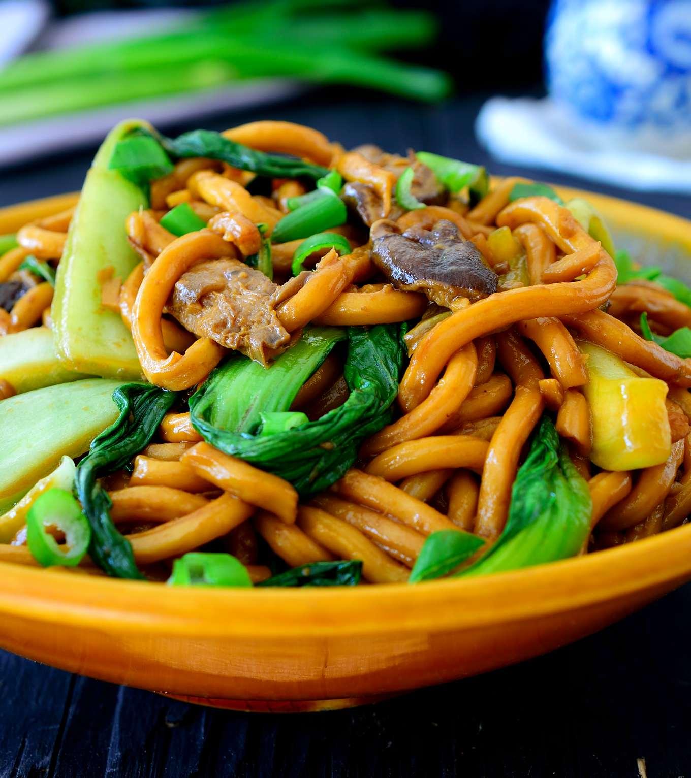 Esta receta para fideos chinos vegetarianos con pak choi y setas shiitake es un wok delicioso, sencillo y rápido, y sobre todo perfecto para una cena de entresemana, ya que está listo en tan sólo 15 minutos. Fideos udon blandos con crujiente pak choi y carnosas setas shiitake en una simple salsa de soja seguro que satisface cualquier antojo.