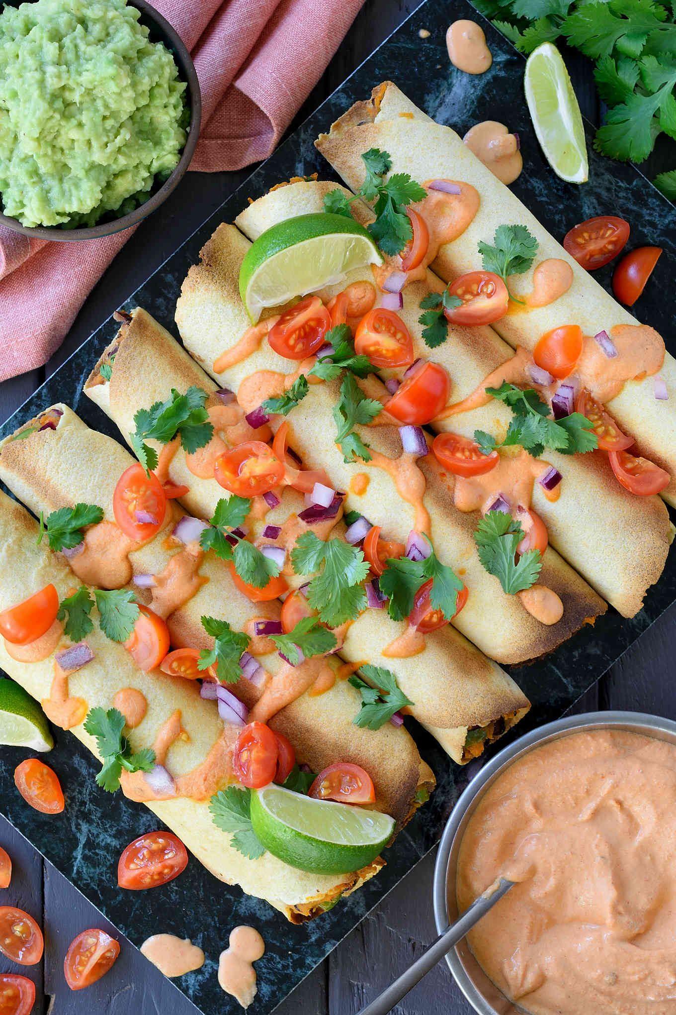 Estos taquitos veganos horneados con una salsa cremosa a base de chipotle son realmente sencillos de hacer, sabrosos y sanos, y quedan genial servidos de tapa o picoteo durante una fiesta.