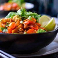 Esta receta de fideos borrachos es una versión simplificada y vegana de los fideos thai pad kee mao que puedes hacer en pocos minutos para un almuerzo o una cena rápida y deliciosa. Con un poco de picante, un poco de dulce, un poco de sal, un poco de ácido y muchas hierbas y verduras frescas, estos fideos borrachos satisfarán cualquier antojo que tengas!