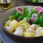 Los ñoquis de patata veganos es una receta muy sencilla que consta de tan sólo tres ingredientes, excepcionales servidos con una salsa cremosa de cebolla asada. Si nunca hiciste ñoquis, te sorprenderá lo fácil que es y que para estas sabrosas almohadillas de patata no hace falta ningún producto animal. Sí, son ñoquis sin huevo.
