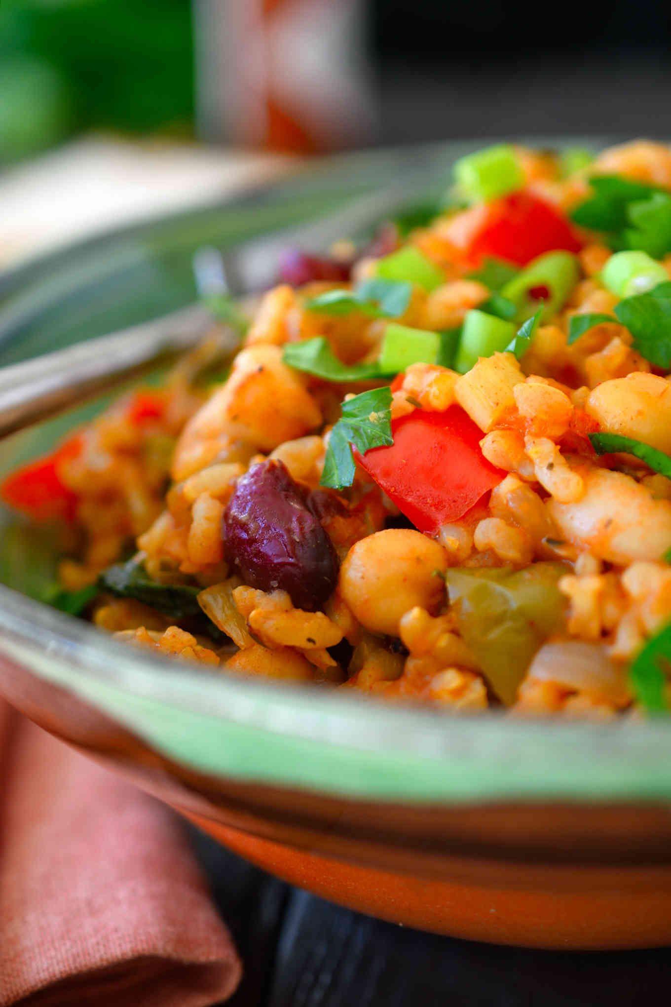 Esta receta de jambalaya vegetariana es muy sencilla de hacer con ingredientes fáciles de encontrar en cualquier cocina. Arroz con tomate sazonado con muchas hierbas y especias y mezclado con apio, pimientos y una selección de alubias para hacer un plato vegano sustancioso y reconfortante.