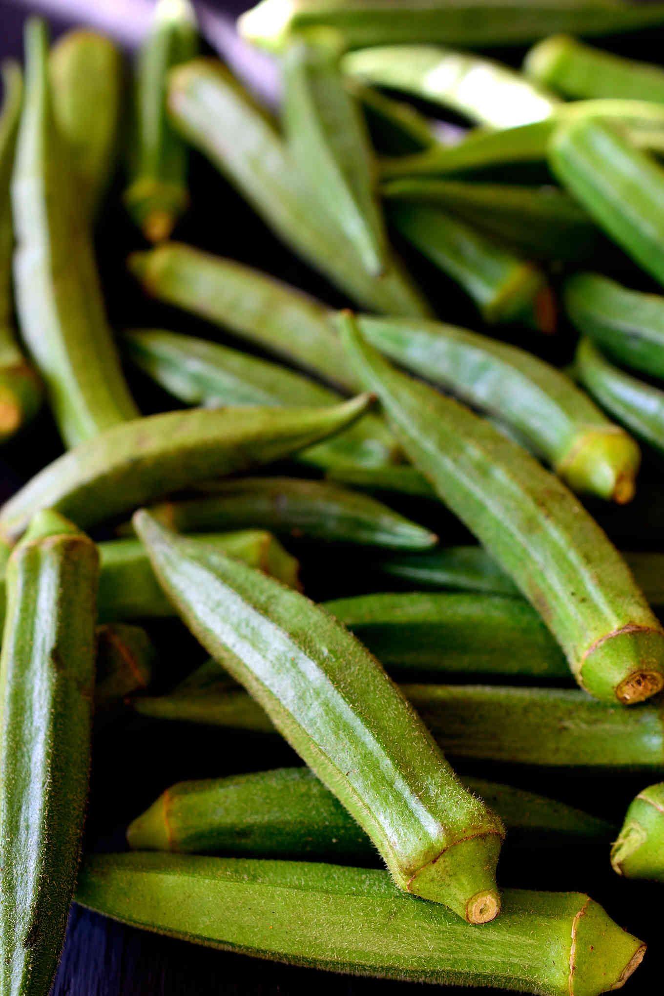 Esta receta de sopa gumbo vegetariana es sustanciosa, deliciosa, cálida y reconfortante. Con una mezcla de frijoles, champiñones y okra, este gumbo sale barato y rebosa sabor. Empezando con un roux rico y oscuro, hierbas y especias claves, y un ingrediente secreto para añadir umami, es difícil creer que esta sopa gumbo vegetariana no lleve nada de carne!