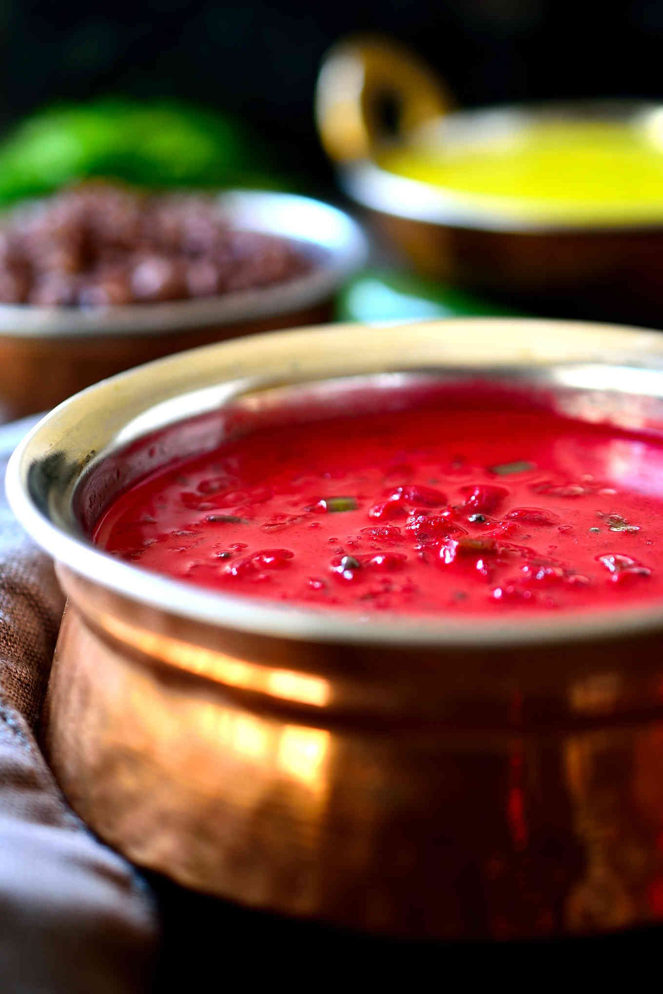 Esta sopa de remolacha y coco al curry es un plato a la vez cremoso, dulce, salado y un toque picante. Hecha con leche de coco, unas especias básicas, y servida con arroz, esta sopa con curry de remolacha es perfecta para un acompañamiento o plato principal vegetariano y vegano.