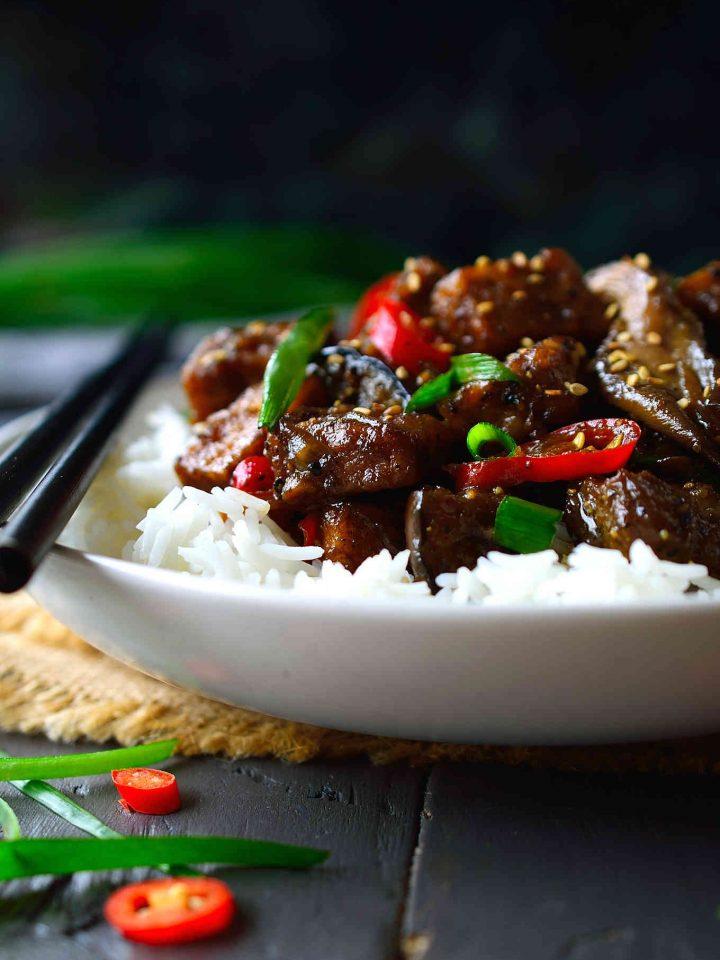 Esta receta de tofu a la pimienta negra es todo lo que quieres que el tofu sea. Crujiente por fuera, ligero y esponjoso por dentro, en una salsa que es a la vez salada, dulce y picante, y con mucha pimienta negra; te dará ganas de chupar tus palitos chinos. Mezclado con gírgolas carnosas, cremosa berenjena y servido con arroz, esta sencilla receta de tofu representa un almuerzo o cena en sólo un plato.