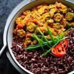 El curry de okra con tomate, o bhindi masala, es un curry semi-seco y sencillo con okra frita en una salsa aromática y especiada hecha a base de tomate. Necesitarás pocos ingredientes, una selección de especias indias y unos 20 minutos para llevar este curry vegano de okra a la mesa.