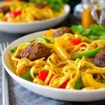 Esta receta de rasta pasta es una bomba de sabores. Servida con deliciosas albóndigas veganas de nuez y pimientos crujientes en una salsa cremosa de coco y curry, este plato te dejará servido al menos hasta la cena!