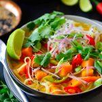 Esta sopa thai de verduras es un plato vegano sustancioso lleno de verduras, tallarines de arroz y hierbas en un caldo a base de coco, a la vez dulce, picante y salado. Es fácil de hacer con una pasta de curry comercial y no necesitarás ningún ingrediente exótico para llevar esta sopa deliciosa a la mesa en tan sólo veinte minutos.