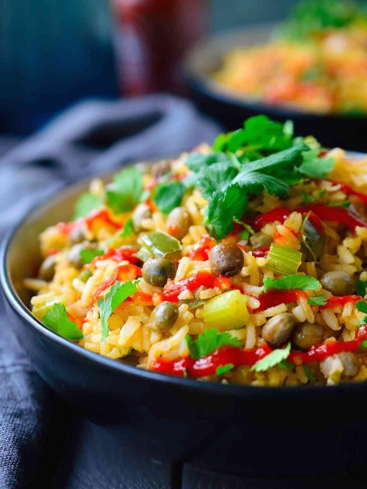 Esta receta de moro de guandules dominicano es un plato de arroz y guandules con verduras y leche de coco. Es fácil de preparar en tan sólo 30 minutos y en una sola olla. Se puede servir de acompañamiento, o se puede hacer un plato principal vegetariano o vegano y servir el moro dentro de un boniato asado!