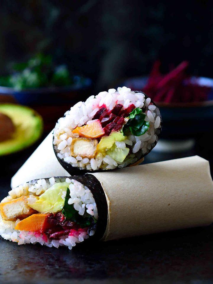 Esta receta de sushi burrito es la alianza perfecta entre dos comidas excepcionales en un paquete portátil. Son fáciles de hacer, llenos de sabor y muy adaptables a cualquier relleno que te guste. Hice mi sushi burrito con un arco iris de verduras y un tofu teriyaki frito y deliciosamente crujiente.