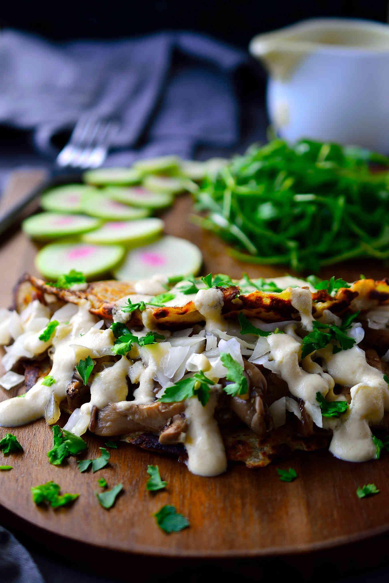 Estas tortitas de patata veganas están basadas en el tradicional boxty irlandés, rellenas de un exquisito sofrito de setas, chucrut y una salsa cremosa y vegana de mostaza. Son increíblemente fáciles de hacer y perfectos para servir de desayuno, almuerzo o cena!