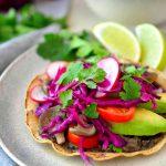 Estas tostadas mexicanas veganas son fáciles de hacer y adaptables a cualquier verduras que tengas a mano.