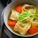 La sopa wonton es un delicioso bol caliente y reconfortante de raviolis chinos en un ligero caldo de verduras. Los wonton están rellenos de una deliciosa combinación de edamame, zanahoria y menta, y son totalmente vegetarianos. Servida sola como entrante o con arroz para un almuerzo o cena sustanciosa, esta sopa wonton vegana es todo lo que necesitas para entrar en calor en una tarde fría!