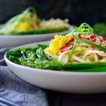 Esta sopa de udon vegana es ligera y deliciosa con un caldo simple al estilo japonés y crujientes verduras frescas de primavera.