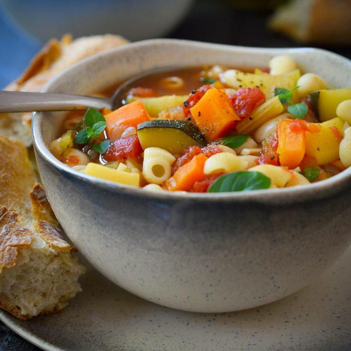 Esta sopa minestrone vegana esta hecha con verduras, alubias y pasta, cocidas en un caldo sabroso a base de tomate y hierbas. Fácil de hacer y totalmente adaptable a tus verduras preferidas de temporada, esta sopa es un plato gratificante que se puede disfrutar durante todo el año!