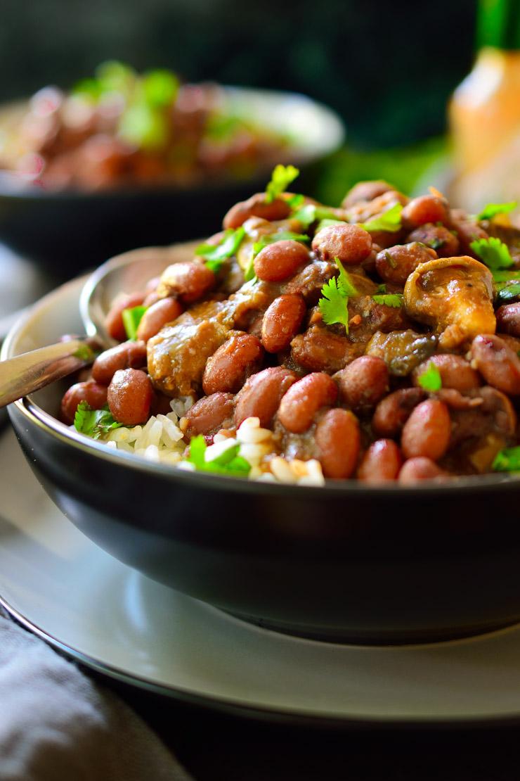Esta receta de frijoles rojos y arroz es un plato sustancioso y lleno de sabor con ingredientes simples y baratos. Un clásico de la cocina criolla de la cuidad de Nueva Orleans; esta versión ha sido veganizada con la ayuda de unas gírgolas marinadas para darle al plato un sabor ahumado y una textura carnosa.