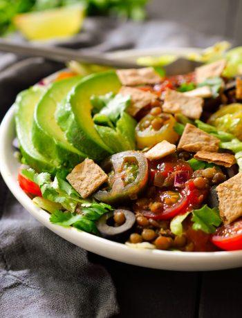 Esta ensalada de taco vegetariana es fresca y deliciosa, con una mezcla de verduras sabrosas y lentejas especiadas. Fácil de preparar en tan sólo 15 minutos, es la receta perfecta para un almuerzo o cena rápida de entresemana.