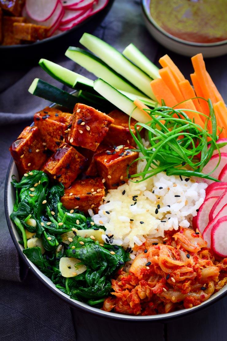 Vegan bibimbap with gochujang tofu and crispy rice. A colourful and delicious main dish!